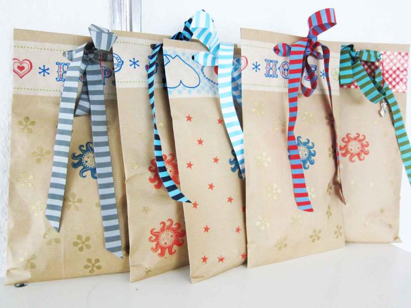 Geschenke mit Papiertüten und Webbändern verpacken