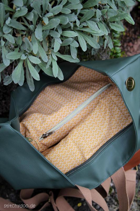 Crossbag Innenansicht mit Rucksackträgern und Reißverschlusstasche